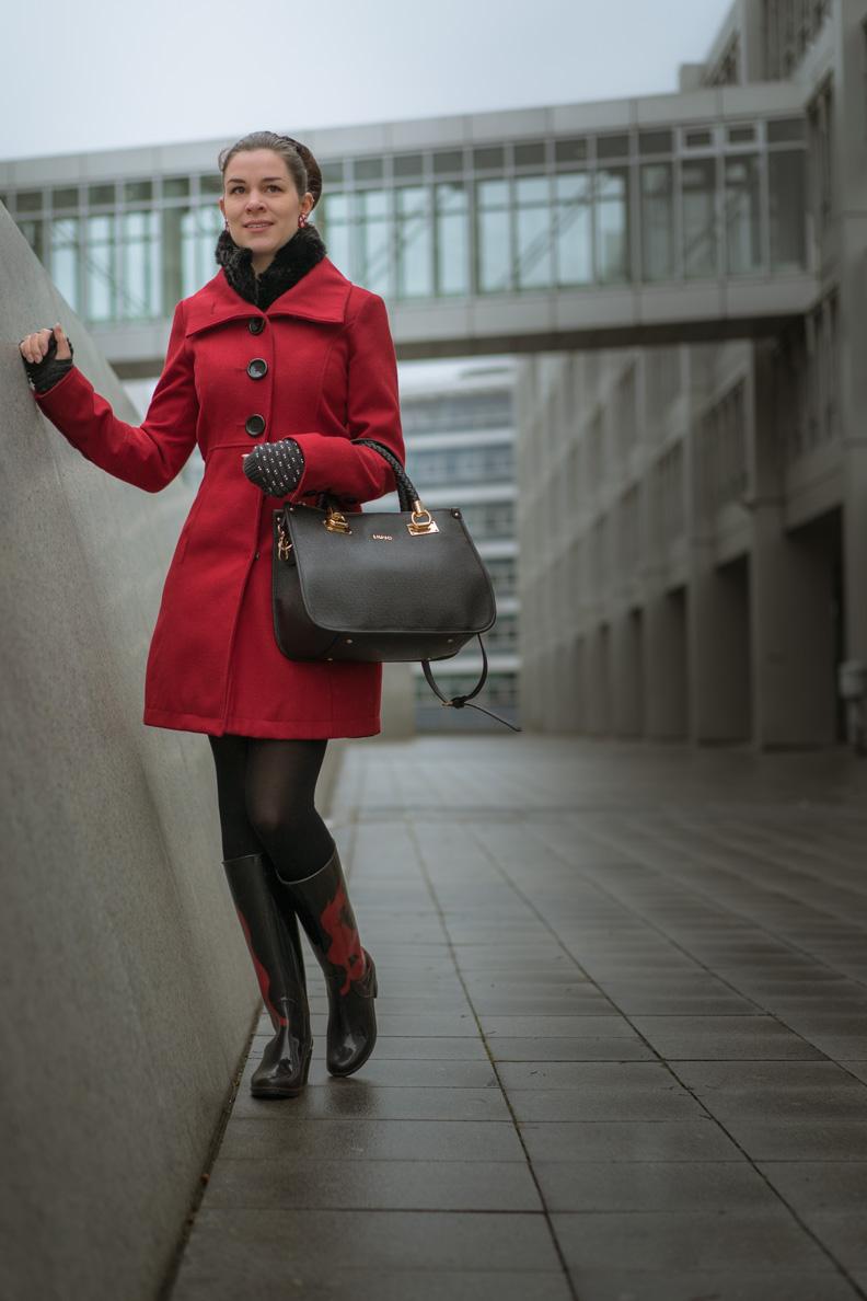 RetroCat mit einem roten Mantel von Tom Tailor