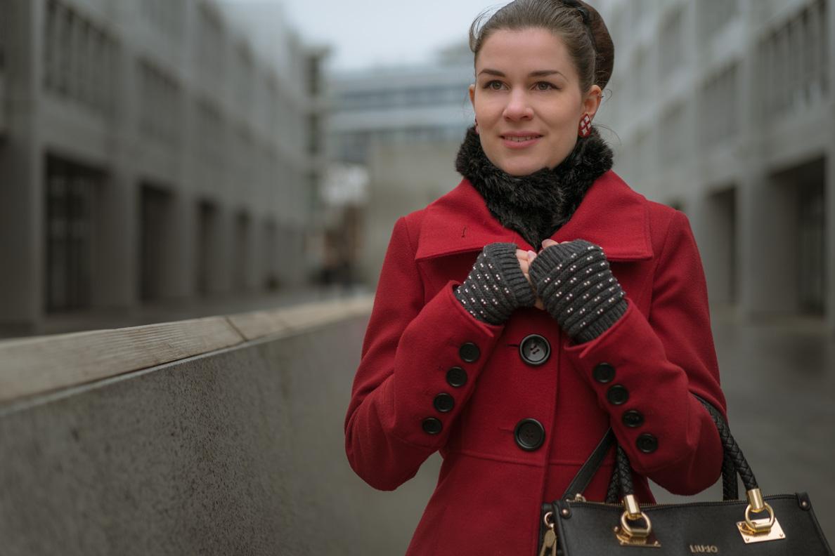 Bloggerin RetroCat mit rotem Mantel und Kunstpelz-Kragen von Ted Baker