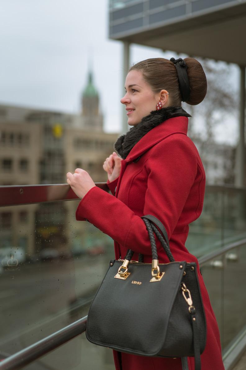 RetroCat mit rotem Mantel, Kunstpelz-Kragen und Liu-Jo-Handtasche