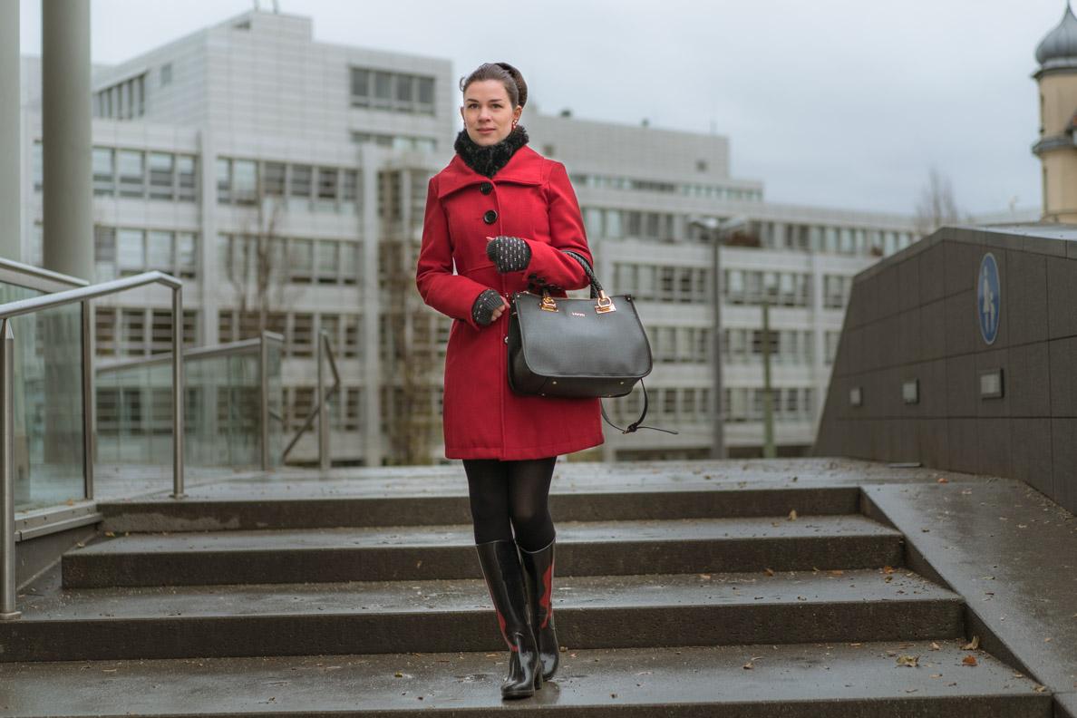Mode-Bloggerin RetroCat mit rotem Mantel und großer Handtasche