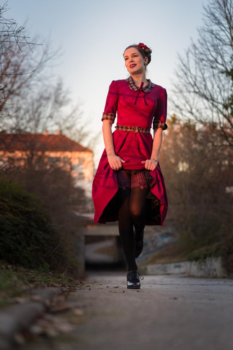 Vintage-Bloggerin RetroCat mit Retro-Kleid und Strumpfhosen von Chantal Thomass