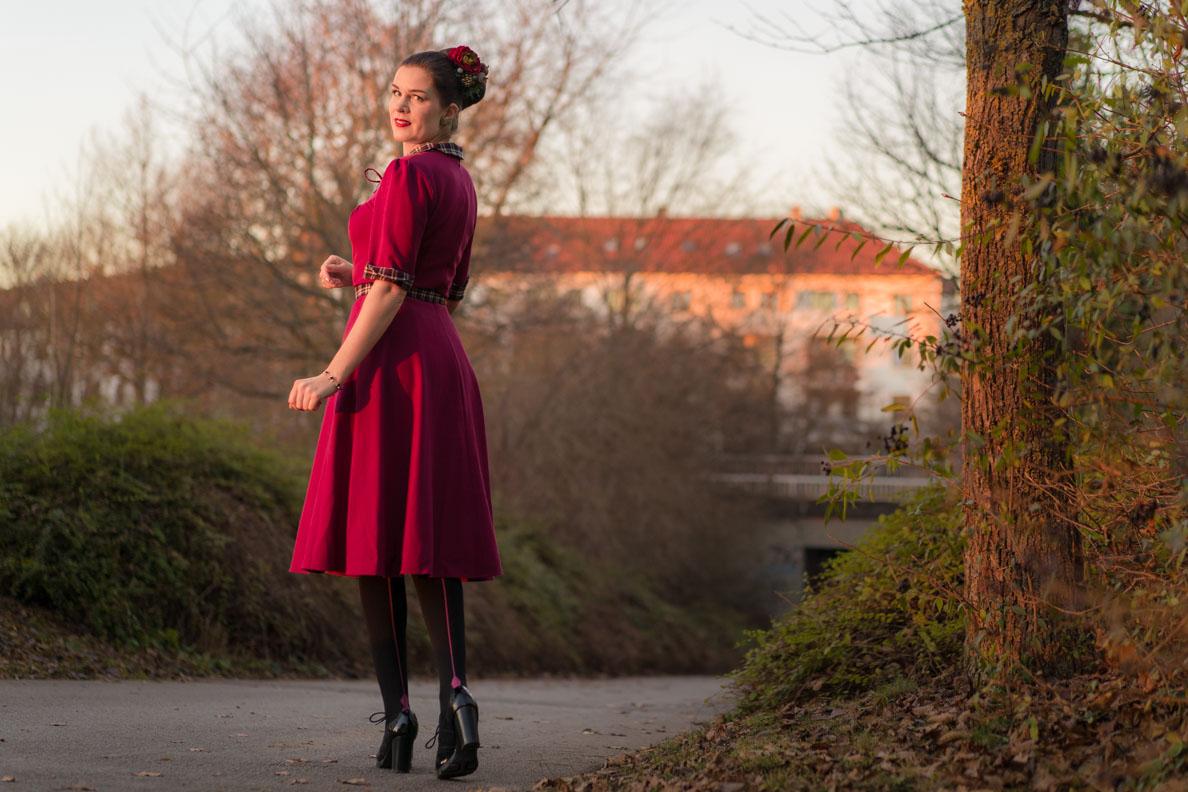 RetroCat mit himbeerrotem Retro-Kleid und Strümpfen von Chantal Thomass