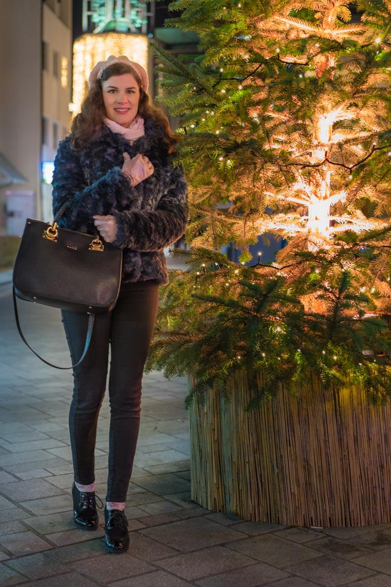 RetroCat mit Hose, Fake-Fur-Jacke und Mütze auf dem Weihnachtsmarkt