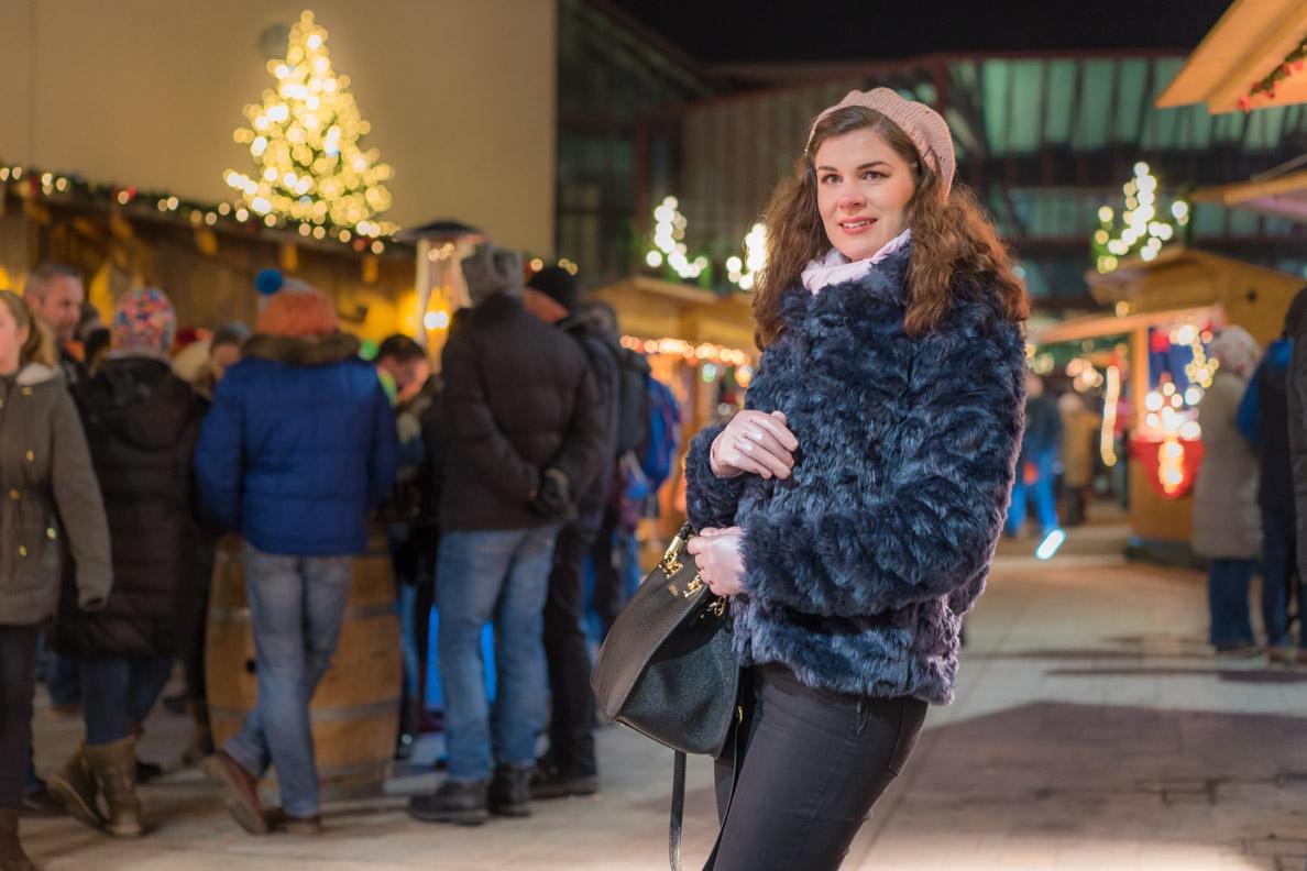 RetroCat mit einem warmen Retro-Outfit auf dem Weihnachtsmarkt