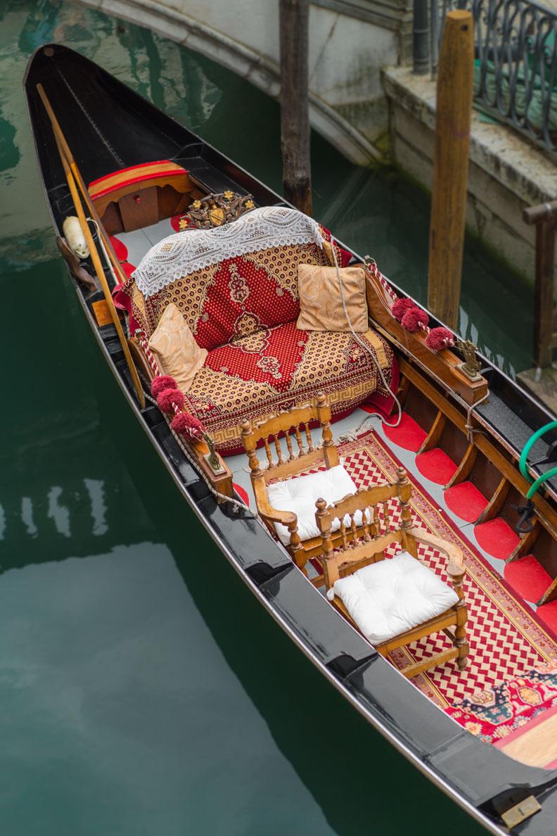 Eine klassische Gondel in Venedig