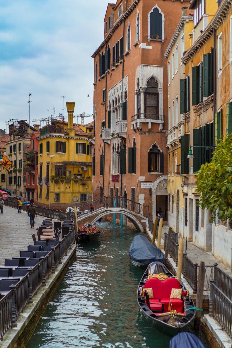 Ein Gondelparkplatz in Venedig