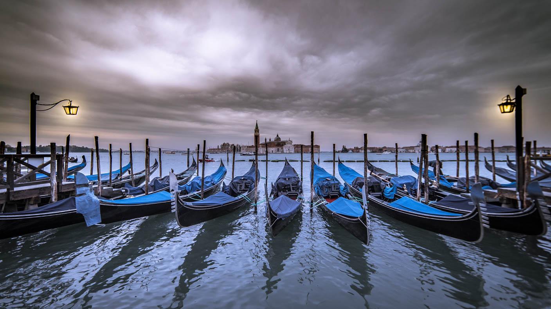 Viele Gondeln im Hafen Venedigs