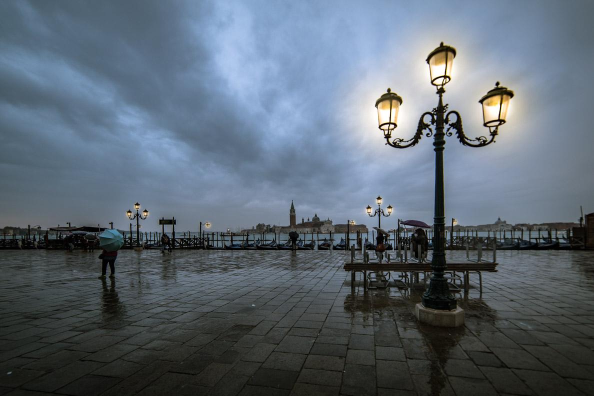 Laternen am Hafen von Venedig