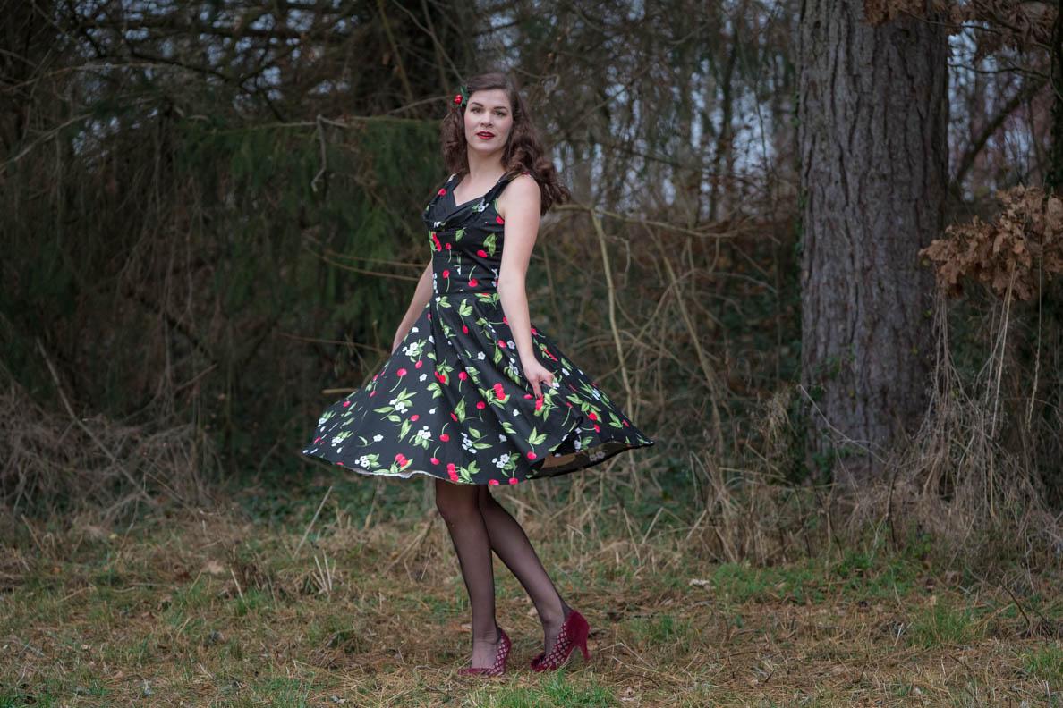 """Sandra vom Vintage-Blog RetroCat mit dem Retro-Kleid """"Aura"""" von BlackButterfly"""