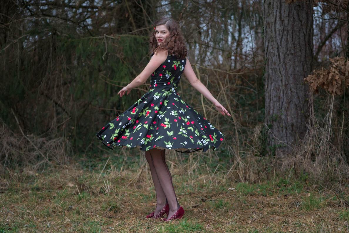 RetroCat mit einem BlackButterfly-Kleid und Nahtstrümpfen von Secrets in Lace