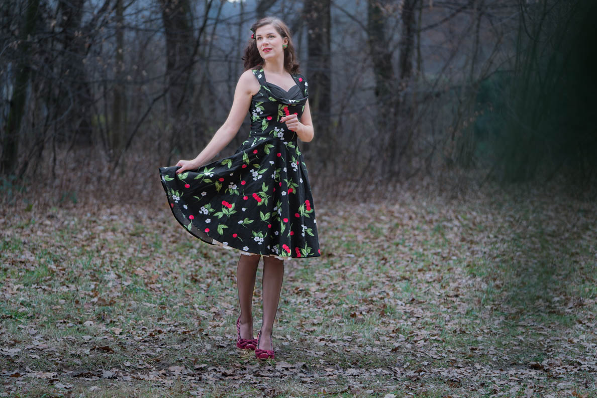 Vintage-Bloggerin RetroCat mit BlackButterfly-Kleid und Vintage-Petticoat
