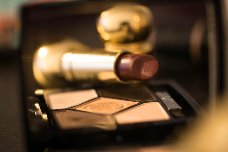 """Die Dior 5 Couleurs Palette in """"Amber Design"""" und ein roter Lippenstift"""