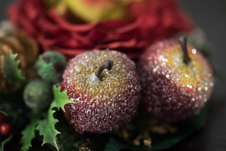 Eine Haarblume mit künstlichen Äpfeln von Sophisticated Lady Hairflowers