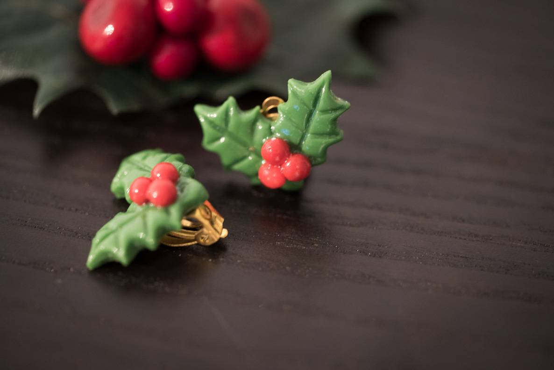 Weihnachtliche Ohrringe in Form einer Stechpalme von Glitter Paradise
