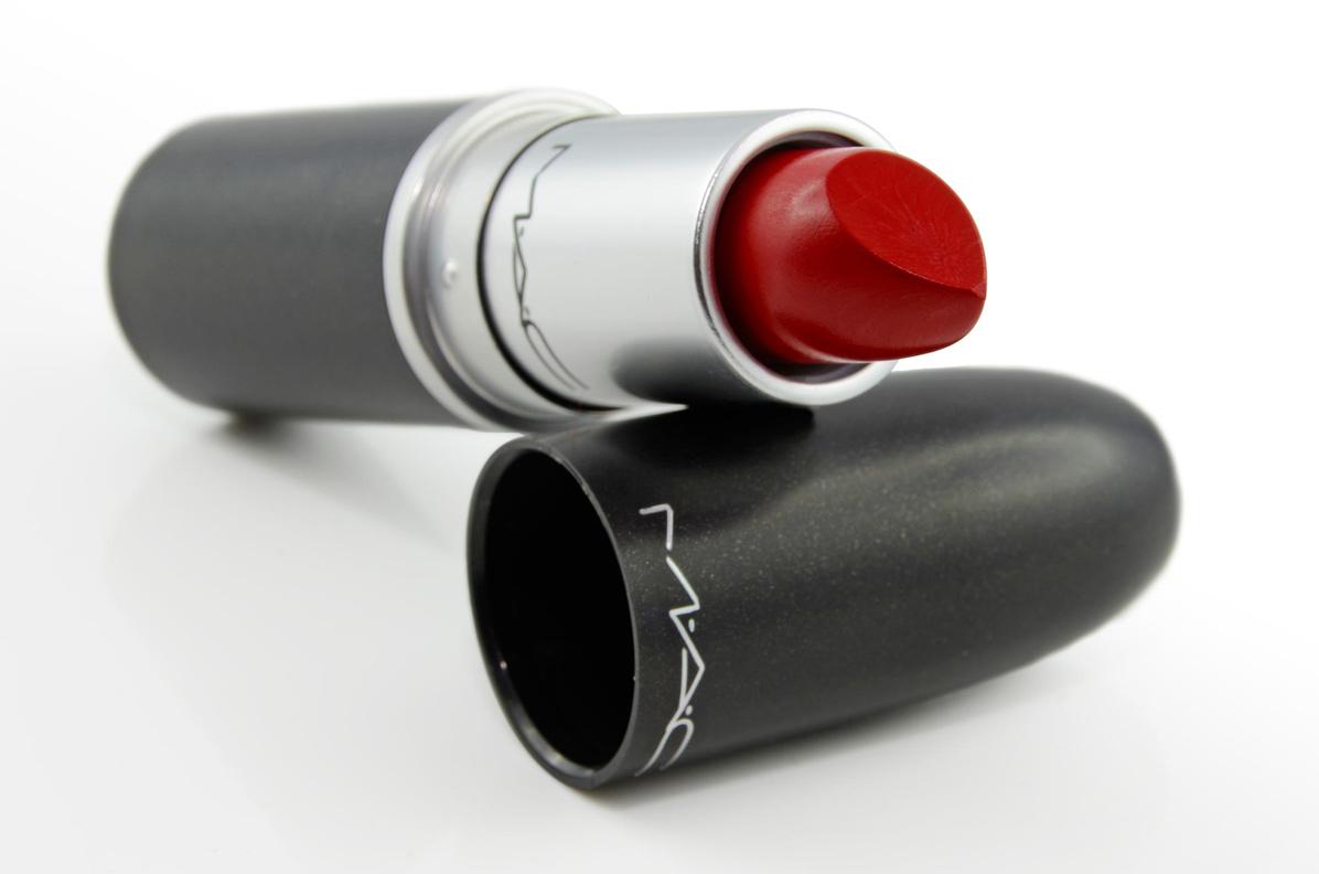 Der klassische Retro Matte Lipstick Ruby Woo von Mac