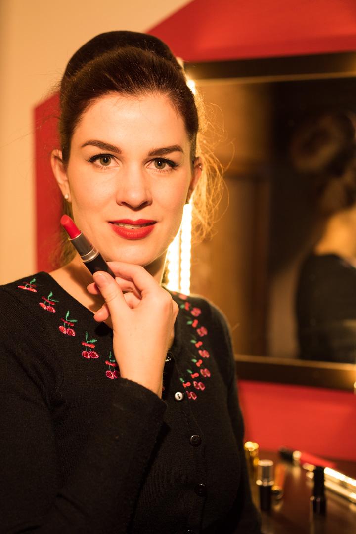 Beauty-Bloggerin RetroCat mit dem Mac Retro Matte Lipstick Ruby Woo