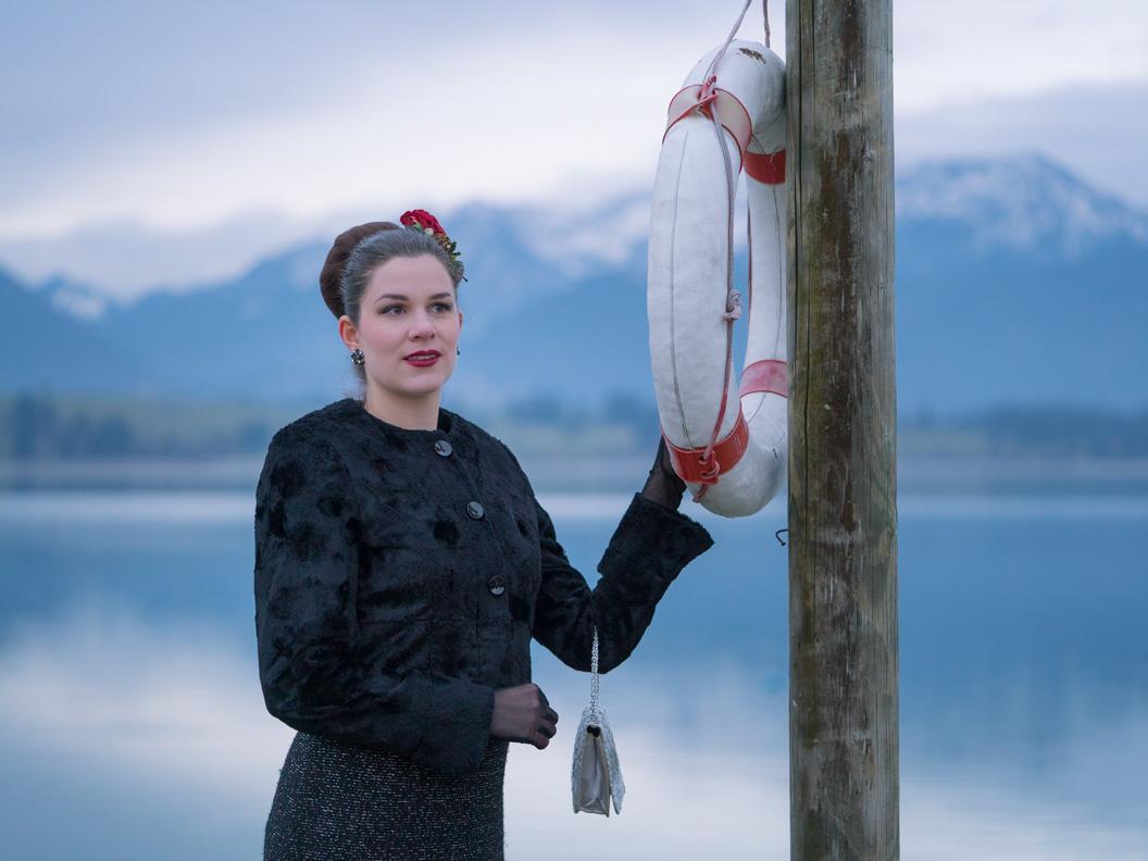 Sandra vom Vintage-Blog RetroCat mit einer schwarzen Retro-Jacke am See