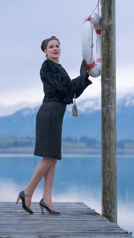 RetroCat mit Vintage-Kleid und kuscheliger Retro-Jacke
