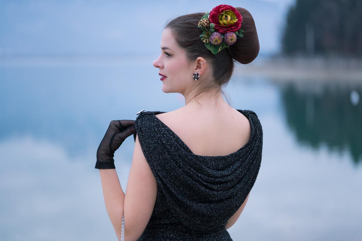 RetroCat mit einem Vintage-Kleid mit Rückenausschnitt und tollem Retro-Haarschmuck