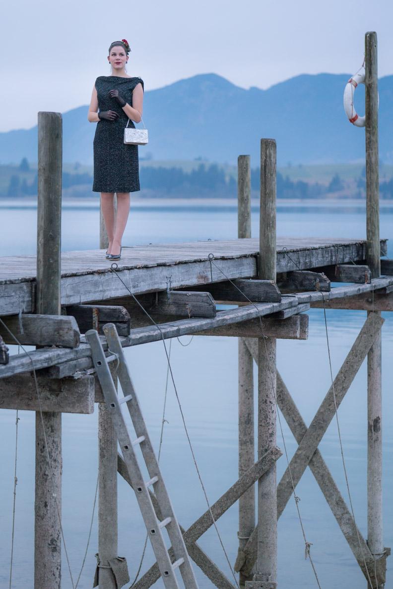 RetroCat in einem festlichen Vintage-Outfit auf einem Steg am Forggensee