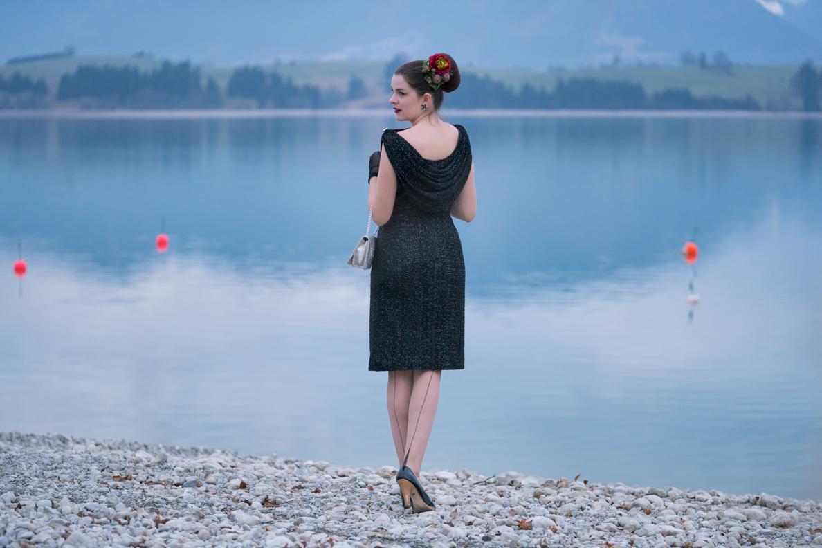 RetroCat mit einem schmal geschnittenen Vintage-Kleid und Nahtstrümpfen