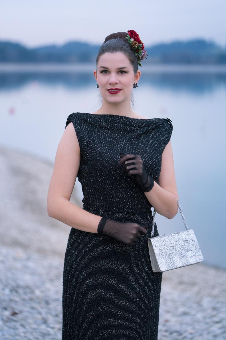 RetroCat in einem originalen, glamourösen Vintage-Kleid aus den 50ern