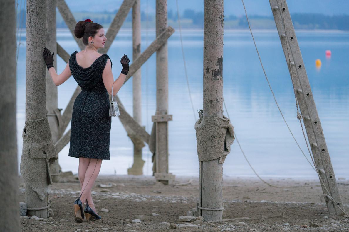 Vintage-Bloggerin RetroCat mit einem 50er-Jahre-Kleid und Nahtstrümpfen