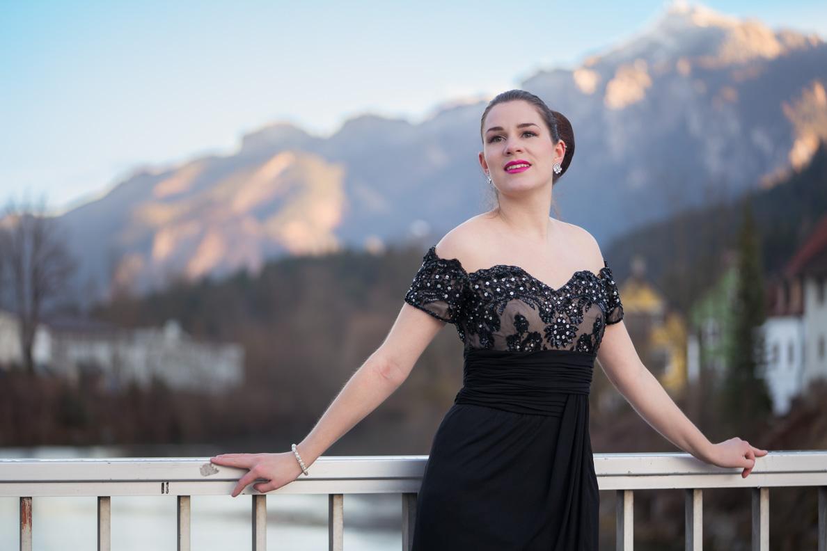 Vintage-Bloggerin RetroCat in einem Vintage-Kleid vor atemberaubendem Alpenpanorama