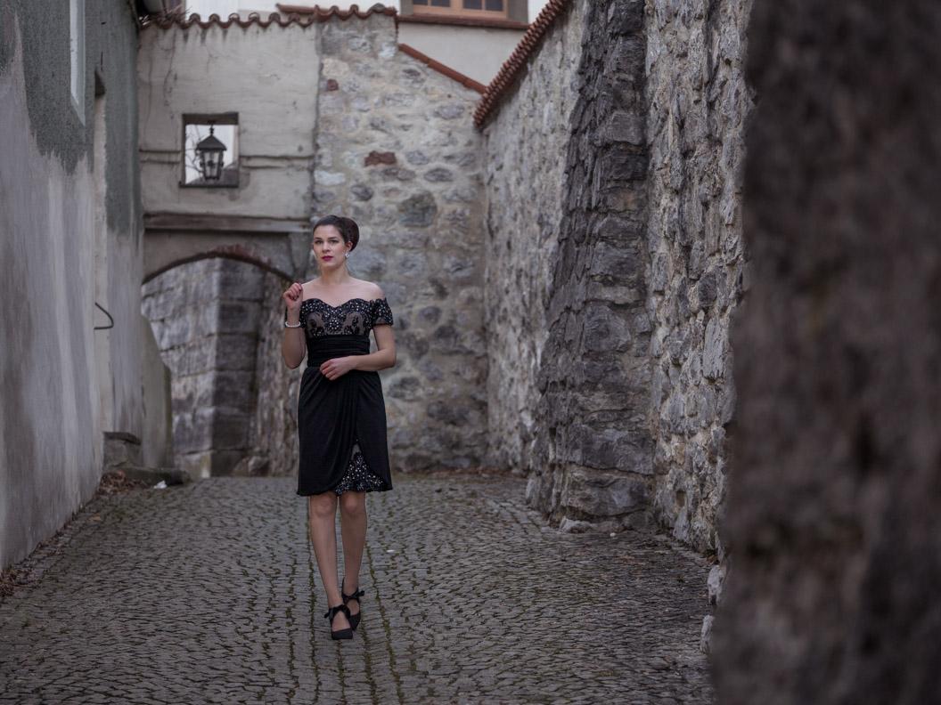 Mode-Bloggerin RetroCat in einem luxuriösen Vintage-Kleid