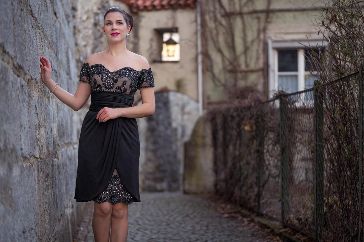 Bloggerin RetroCat in einem Vintage-Kleid von Victoria Royal Ltd.