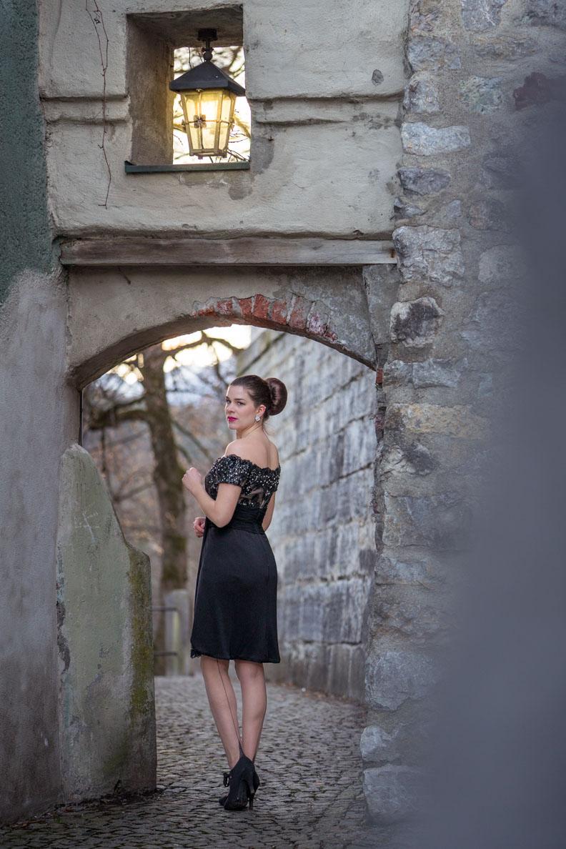 Fashion-Bloggerin RetroCat mit Vintage-Kleid und Nahtstrümpfen von Secrets in Lace
