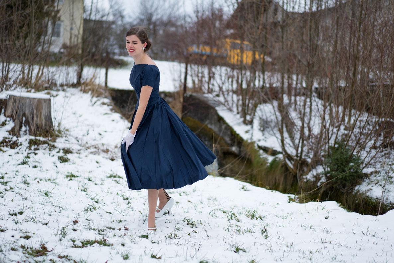 RetroCat mit einem blauen Vintage-Kleid beim Tanzen