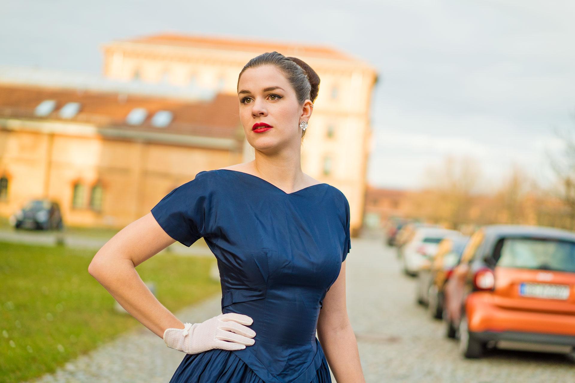 RetroCat in einem blauen Abendkleid in Ludwigsburg