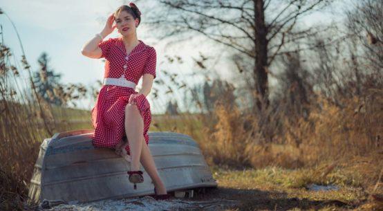Polka-Dots und Tellerrock: Ein klassischer Retro-Look mit