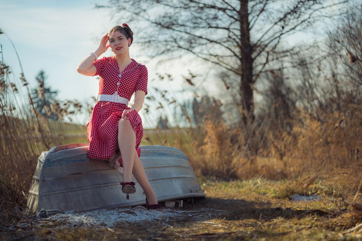 Vintage-Bloggerin RetroCat in einem klassischen 50er-Jahre-Kleid von BlackButterfly