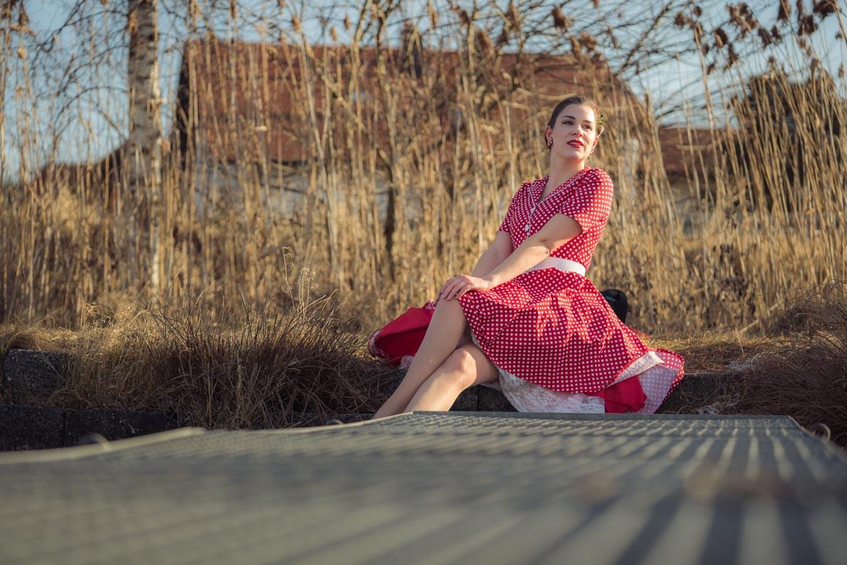 Vintage-Bloggerin RetroCat in rot-weißen Retro-Kleid von BlackButterfly