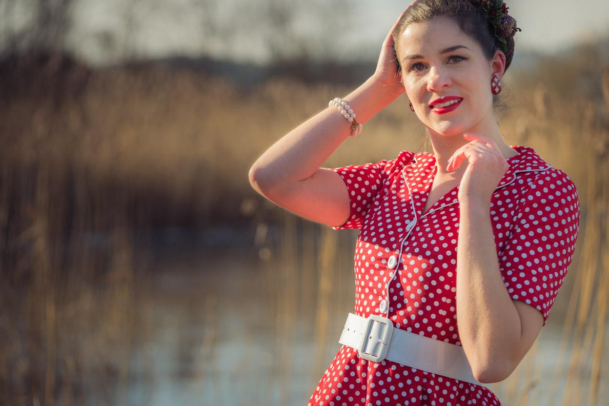 Mode-Bloggerin RetroCat in einem roten Kleid mit weißen Punkten