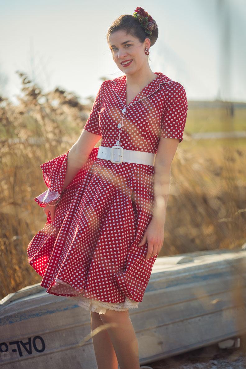 RetroCat in einem Retro-Kleid mit Tellerrock und Petticoat im Stil der 50er