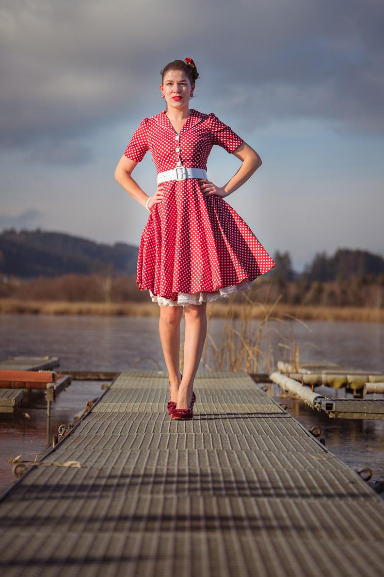 Vintage-Bloggerin RetroCat in einem klassischen Kleid im Stil der 50er