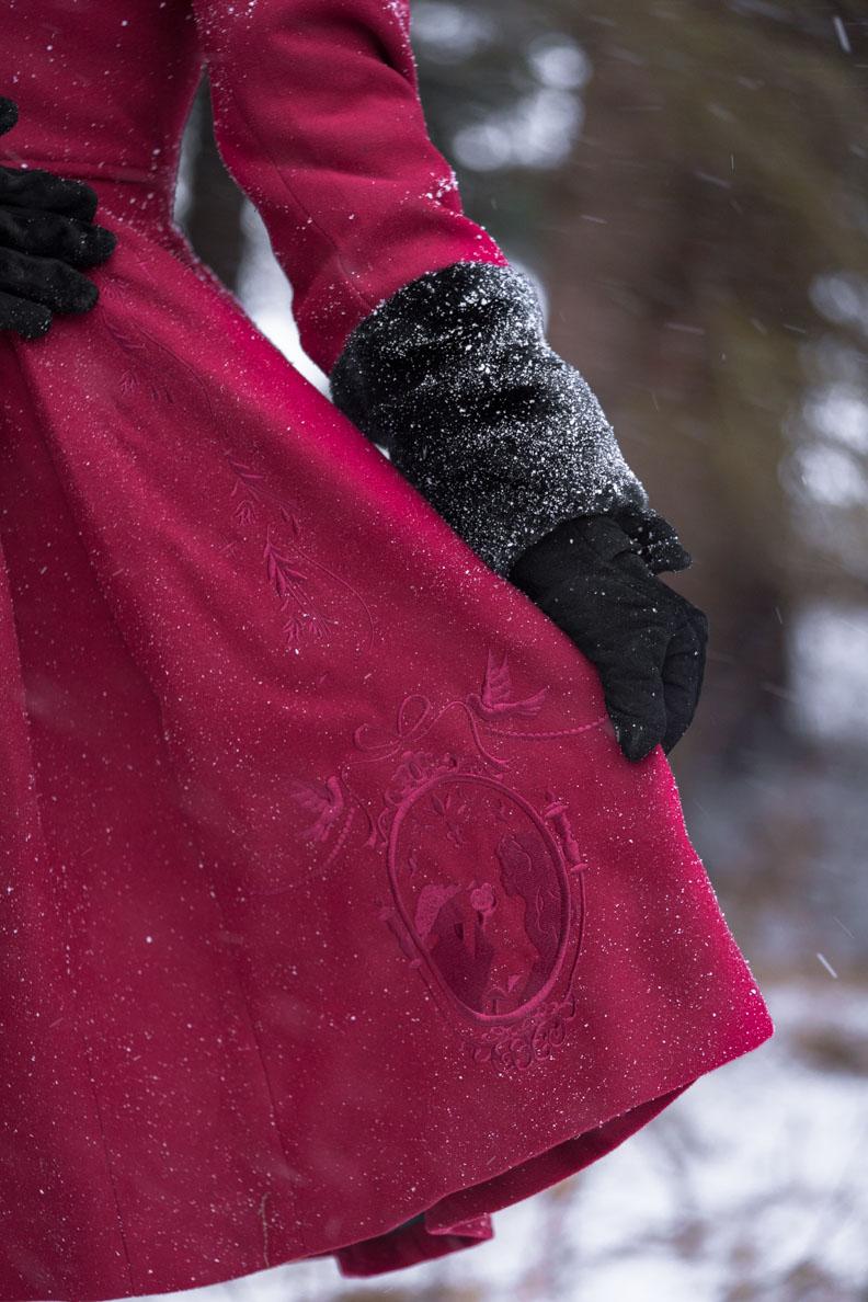 Die Märchen-Stickereien auf dem Fairy Coat von Hell Bunny