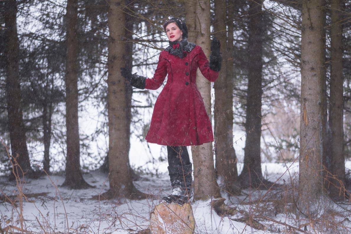 Vintage-Bloggerin RetroCat in dem roten Fairy Coat von Hell Bunny