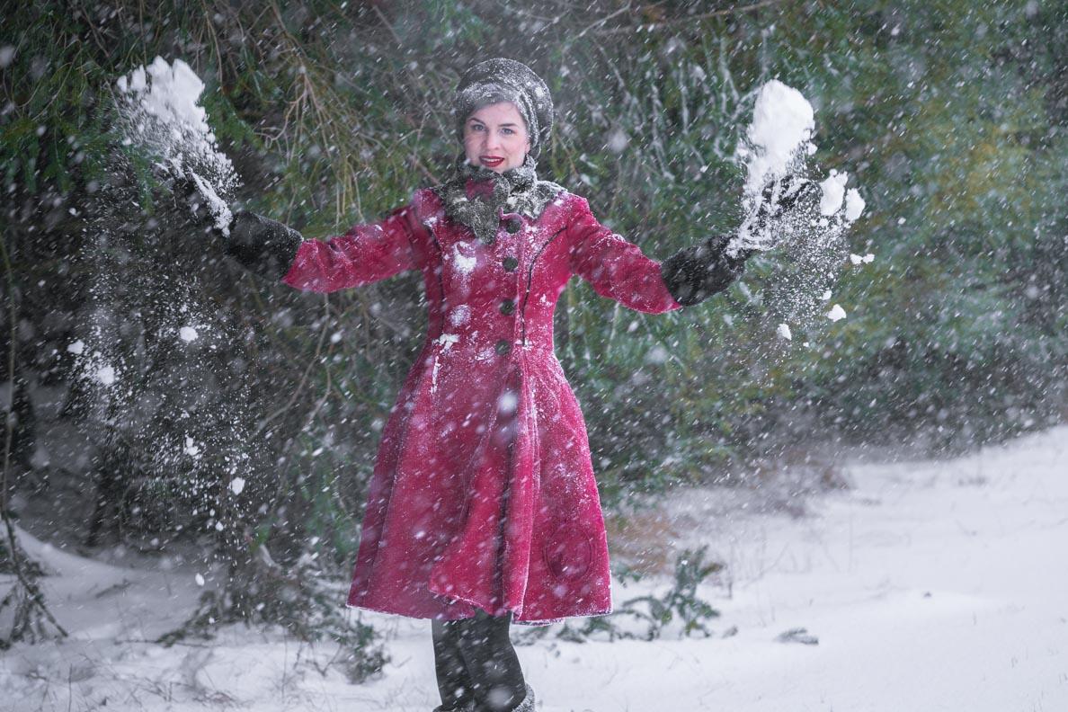 RetroCat mit dem Fairy Coat von Hell Bunny beim Spielen im Schnee