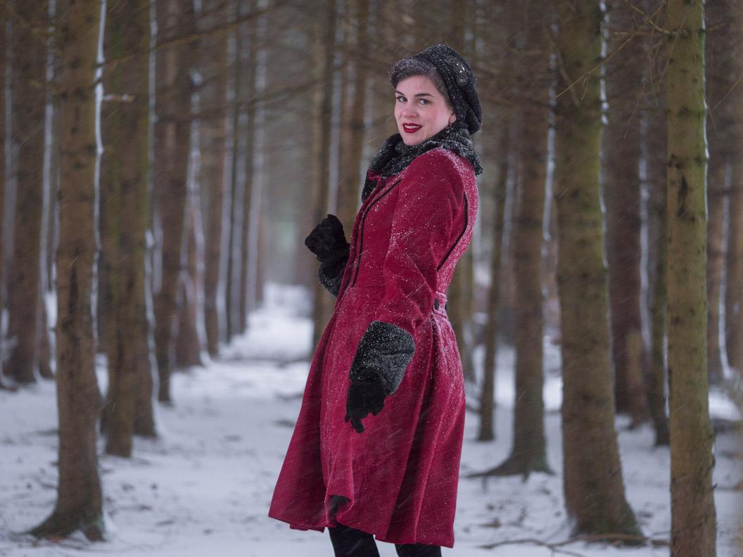 Sandra vom Vintage-Blog RetroCat in einem roten Retro-Mantel mit schwarzen Details