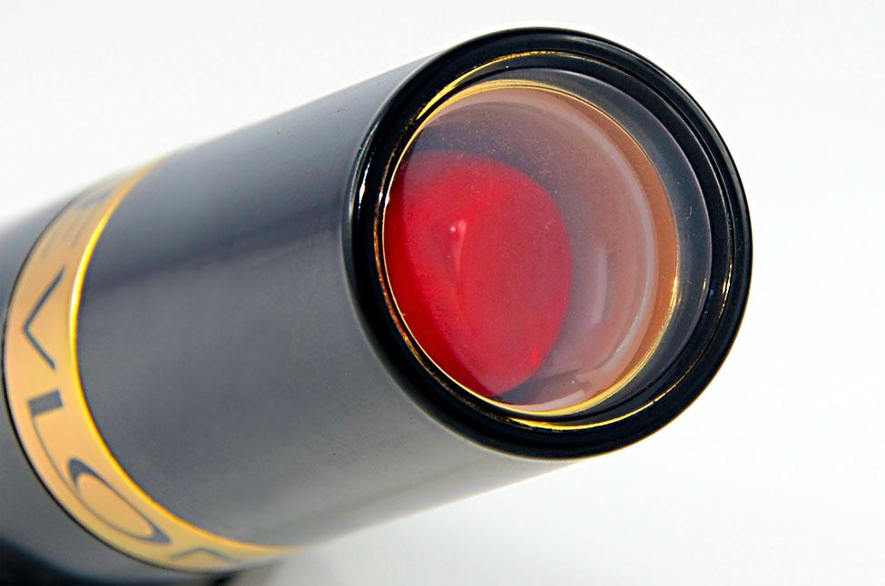 Der Revlon Super Lustrous Lipstick mit Fenster im Deckel