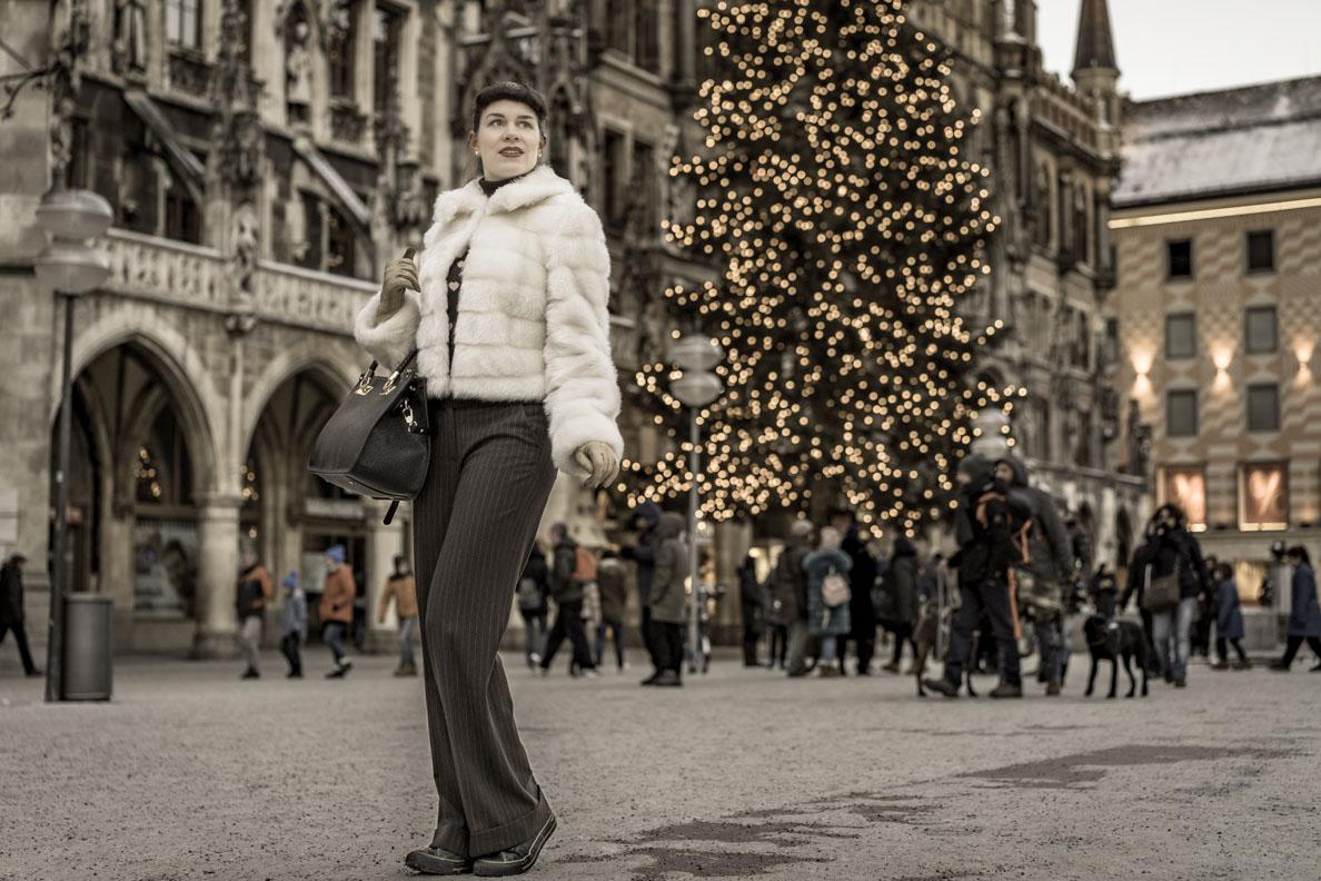 RetroCat mit Retro-Hose und Vintage-Jacke auf dem Marienplatz in München