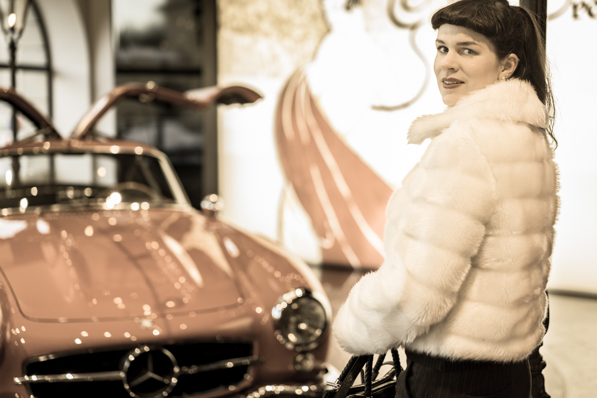 RetroCat in einer Fake-Fur-Jacke in der Mercedes Benz Gallery am Odeonsplatz