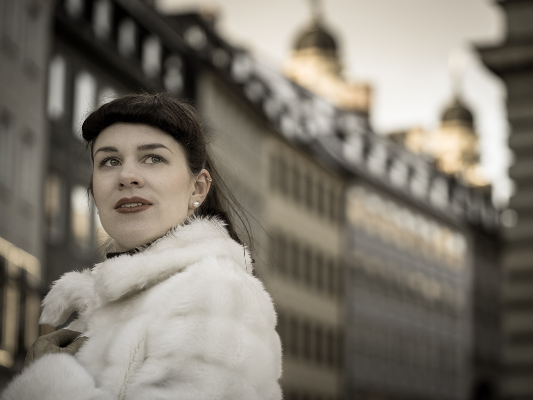 Bloggerin RetroCat mit einer weißen Fake-Fur-Jacke im Vintage-Stil