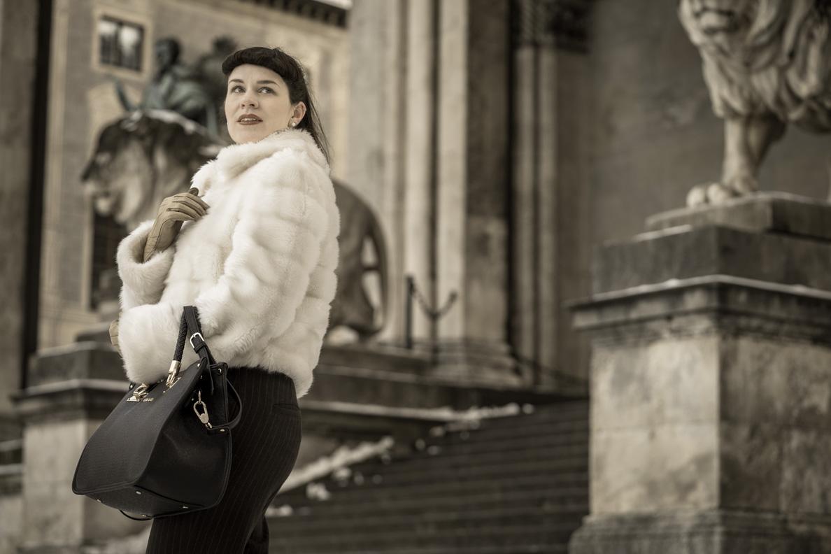 Vintage-Bloggerin RetroCat in einer weißen Vintage-Jacke am Odeonsplatz