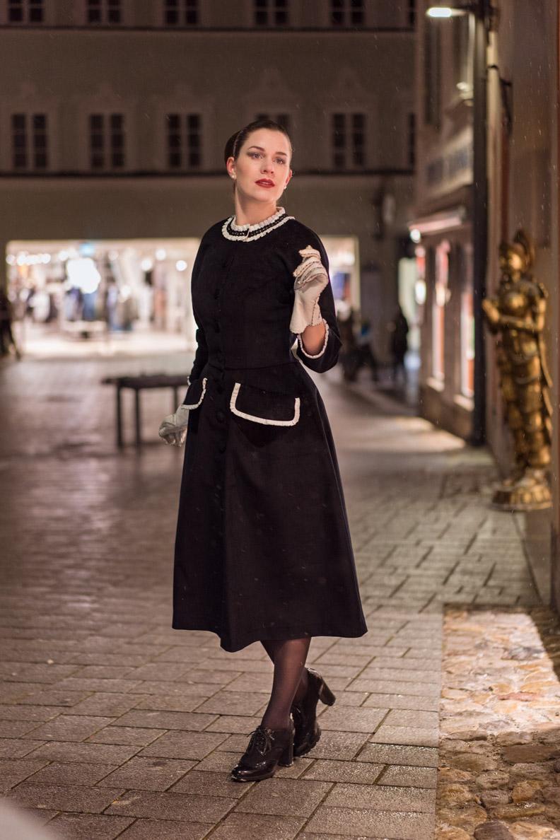 RetroCat in einem zeitlos eleganten Kleid im Vintage-Stil