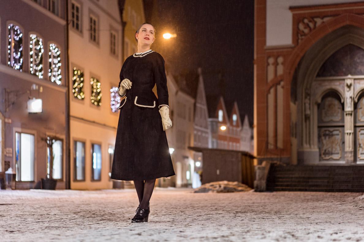 Bloggerin RetroCat mit schwarzem Retro-Kleid und weißen Vintage-Lederhandschuhen